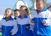 闫村完全小学跑步的孩子