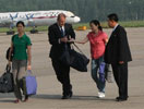 两名美国女记者离开朝鲜