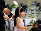 一名小女孩在韩国首尔市塞弗伦斯医院的灵堂献花